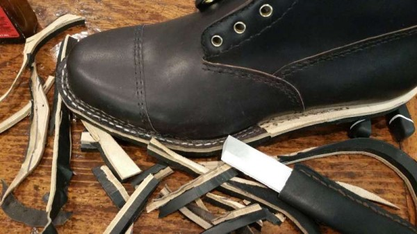Ножом обрезают лишнюю подошву