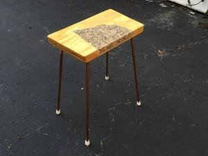Стол на ножках с гранитной вставкой в столешницу