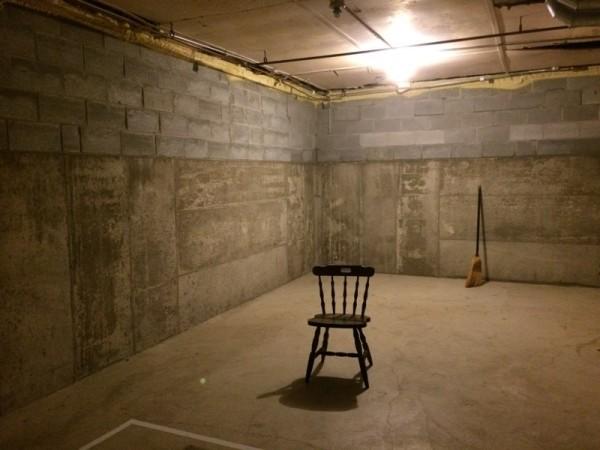 Чистый пол в помещении, стул и метла
