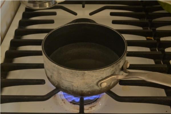 Кастрюля с водой на газу