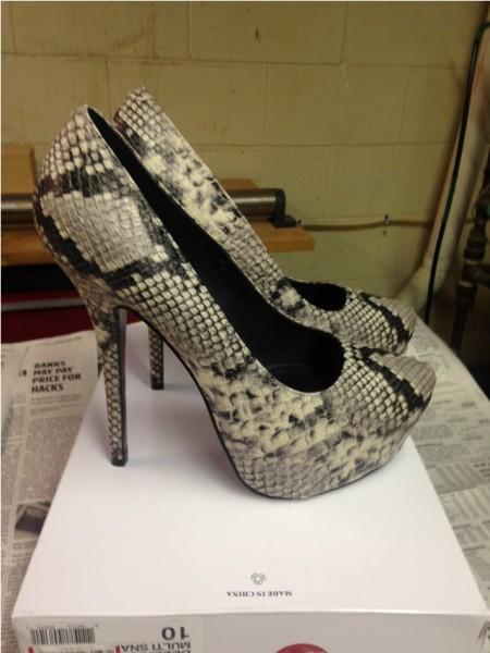 Туфли на высоком каблуке под крокодила
