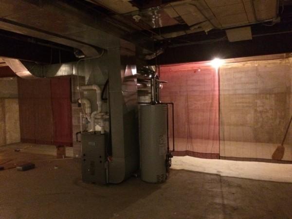Подвальное помещение завешанное шторами