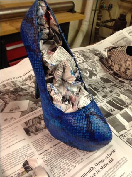 Синий туфель с газетой внутри