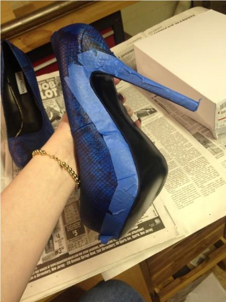 Край туфля оклеен клейкой лентой