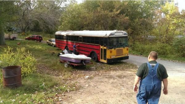 Старый автобус на обочине дороги