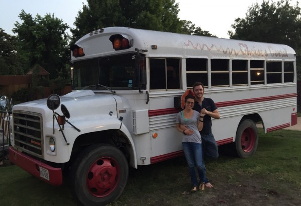 Мужчина и женщина возле автобуса