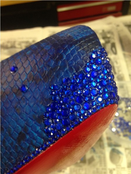 Синие стразы разного размера на туфле