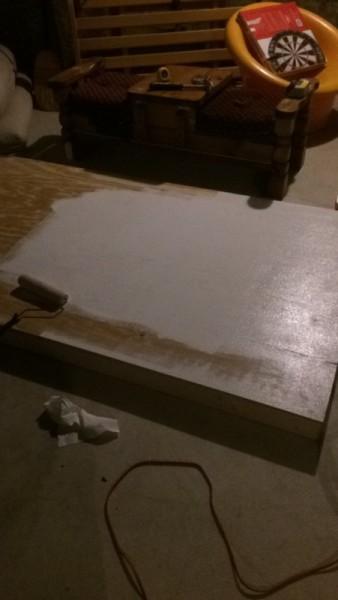 Валиком окрашивают фанеру белой краской