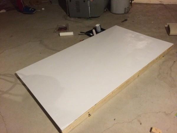Деревянный экран белого цвета на полу