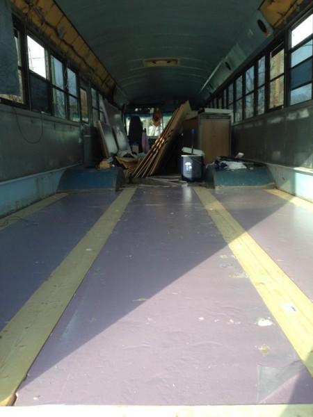 На полу автобуса деревянные рейки