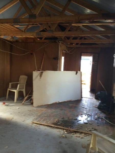 В комнате снятый потолок и дверь