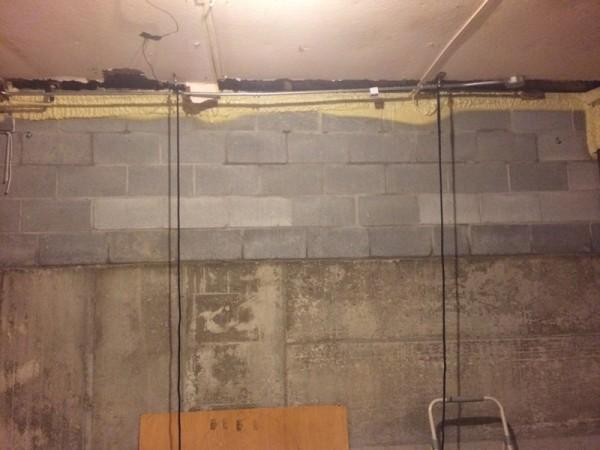 От потолка висят чёрные верёвки