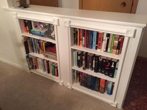 Книжная полка с книгами