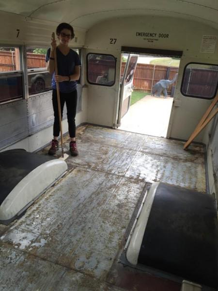 Девушка со скребком в салоне автобуса сняла пол