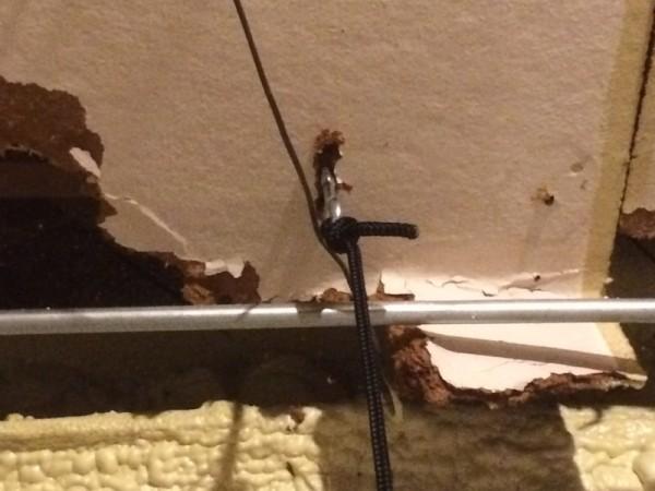 Металлические крюки в потолке