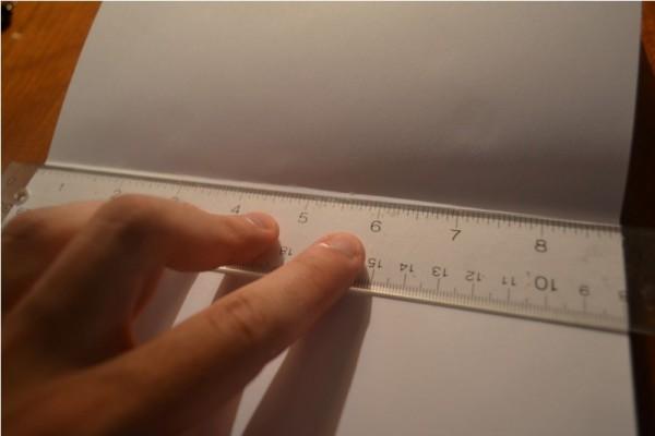 На листе бумаги прозрачная линейка
