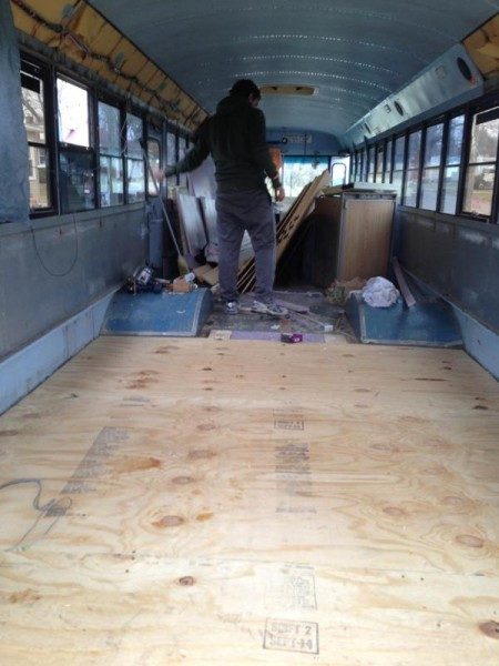 Фанера на полу салона автобуса
