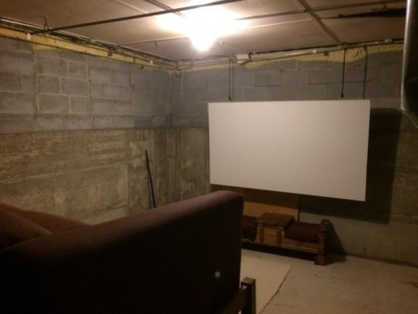 Экран со стороны диванов