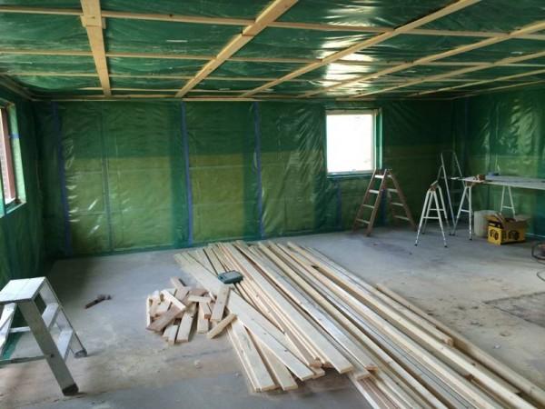 Стены и потолок зашиты полиэтиленом
