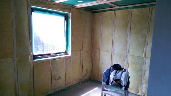 Стены комнаты зашиты утеплителем