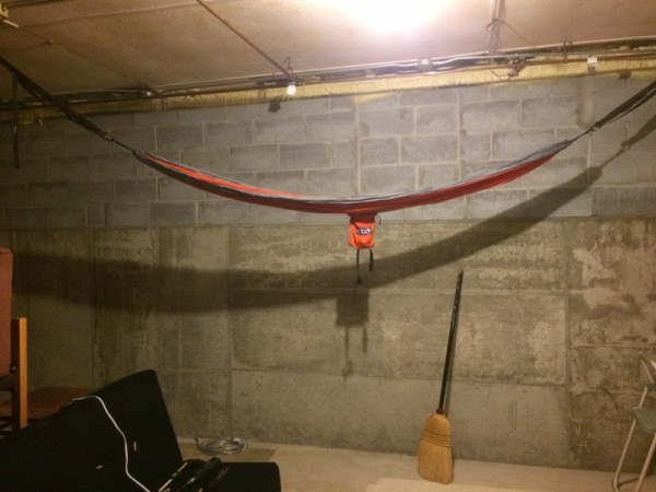 Гамак прикреплённый к потолку