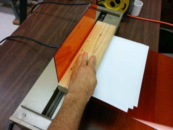 Изогнутый оранжевый лист акрила
