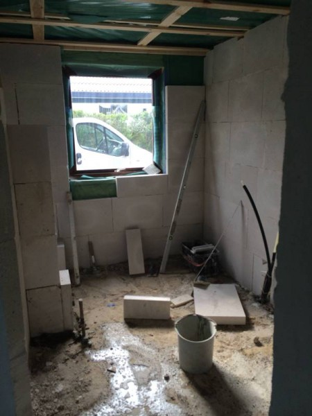 Стены ванной комнаты обложены газобетоном
