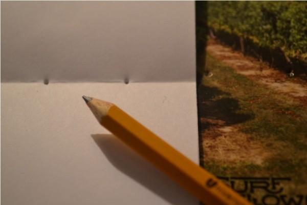 Тетрадь с отверстиями по линии изгиба и карандаш