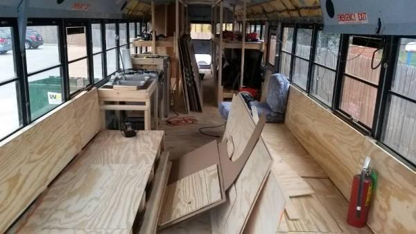 Сиденья автобуса облицованы фанерой