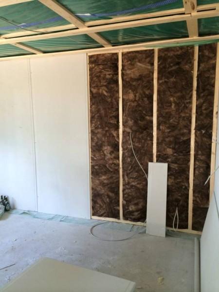 Стены зашиты изоляционным материалом