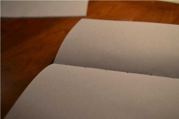 Листы бумаги с отверстиями на переплёте