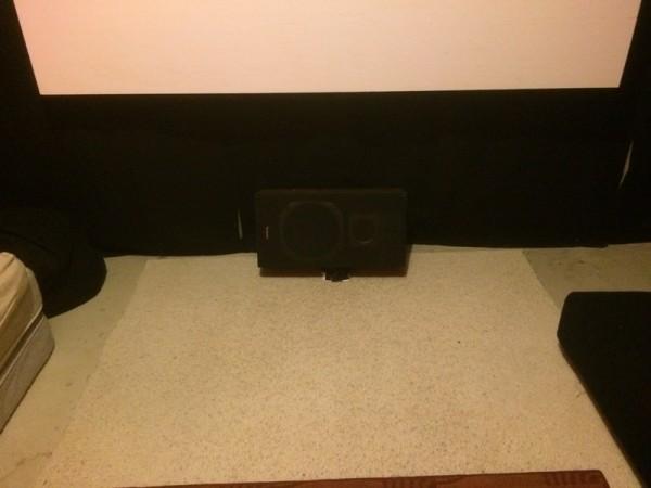 Сабвуфер на полу под экраном