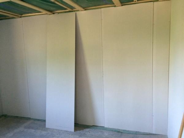 К стене приставлен лист гипсокартона