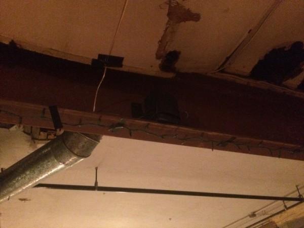 Колонка под потолком на рельсе