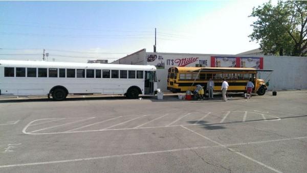 2 школьных автобуса: белый и жёлтый