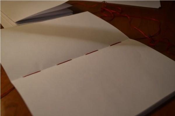 Прошитая тетрадь с внешней и внутренней стороны