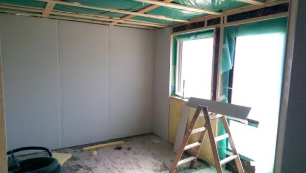 Комната с облицованными стенами, вид на окно
