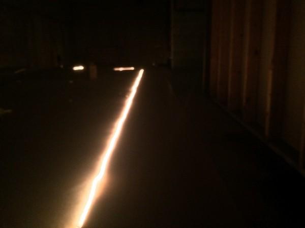 В тёмной комнате светится светодиодная лента