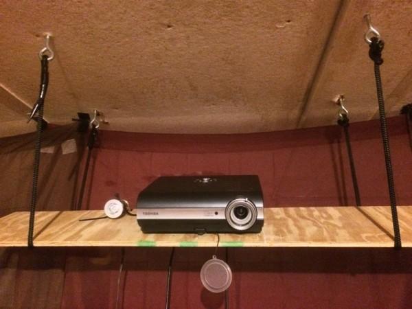 Проектор на полке под потолком