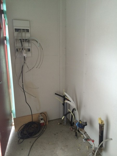 Водопроводные и канализационные трубы в прачечной комнате