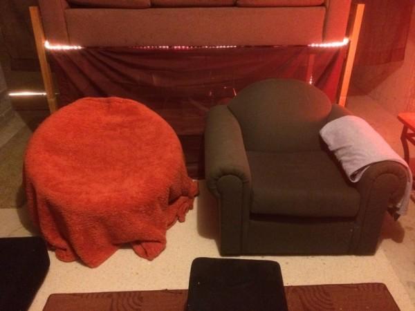 Зелёное кресло и красный стул