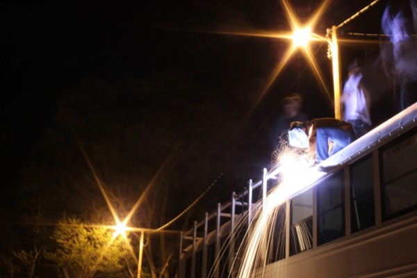 Человек на крыше автобуса варит