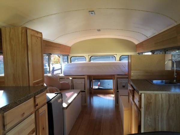 Салон автобуса со шкафами, кроватью и мойкой