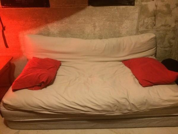 Матрас с красными подушками