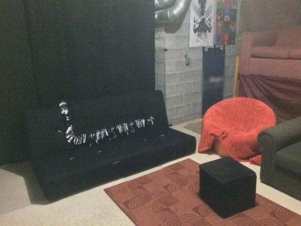 Чёрный диван, общий вид