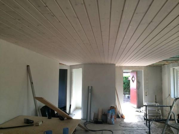 Готовые стены и потолок в гостинной
