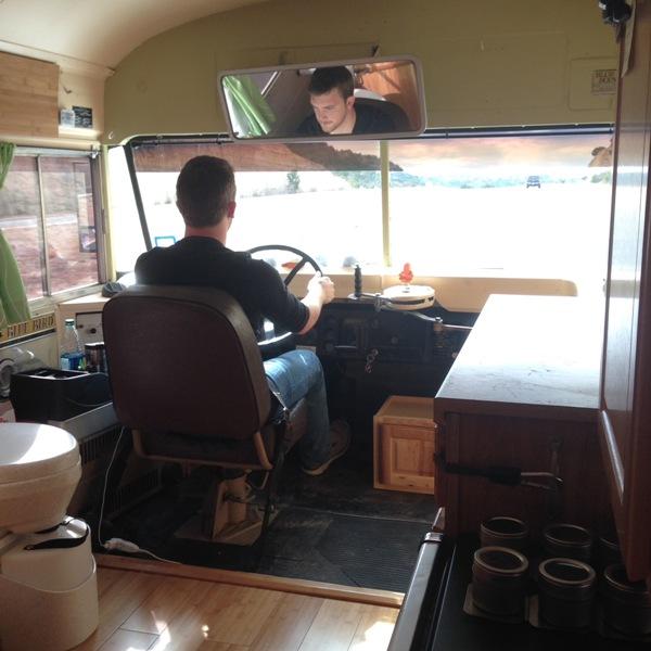Человек за рулём автобуса