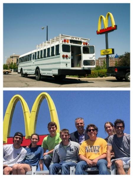 Фотография молодых людей на фоне McDonalds