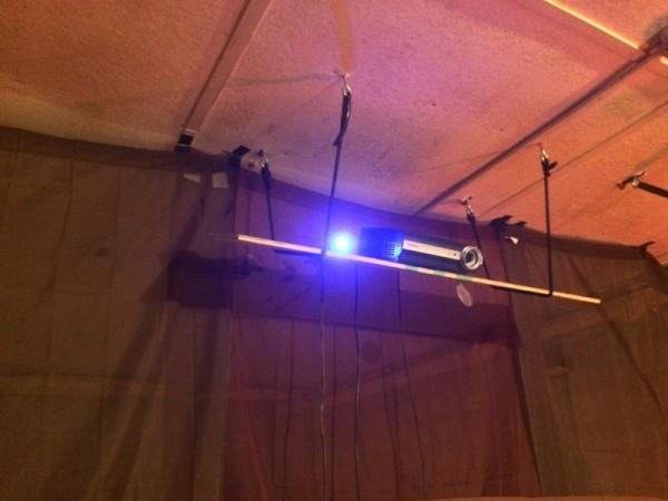 LED светильник возле проектора