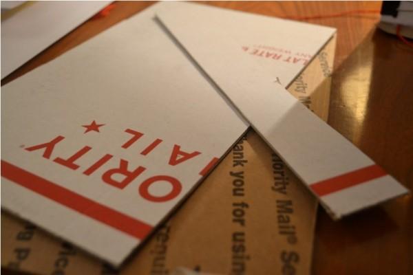 Вырезанные куски картона
